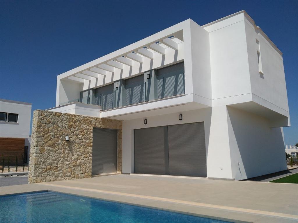 Nouveau projet de belles villas BORA, tout confort et proche de toutes facilités et des plages espagnoles. Ces villas sont composées de 4 chambres, 3 salles de bain/douche, une cuisine américaine, grand living, dressing intégré, pré-installation alarme, possibilité de piscine privée de 6 m sur 3 m. (Solarium en option). Prix à partir de 289.900 € (soumis au régime de la TVA). 056/554.000