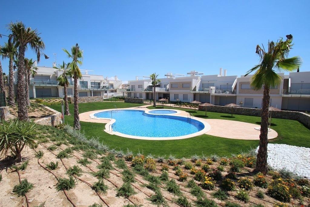 Appartements neufs à vendre à la Costa Blanca, au sein de la province d'Alicante. Choix entre plusieurs modèles d'habitation. Les appartements sont composés de 2-3 chambres, 2 salles de bain/douche, avec jardin ou solarium. Prix à partir de 139.900 euros (soumis au régime de la TVA). 056/554.000