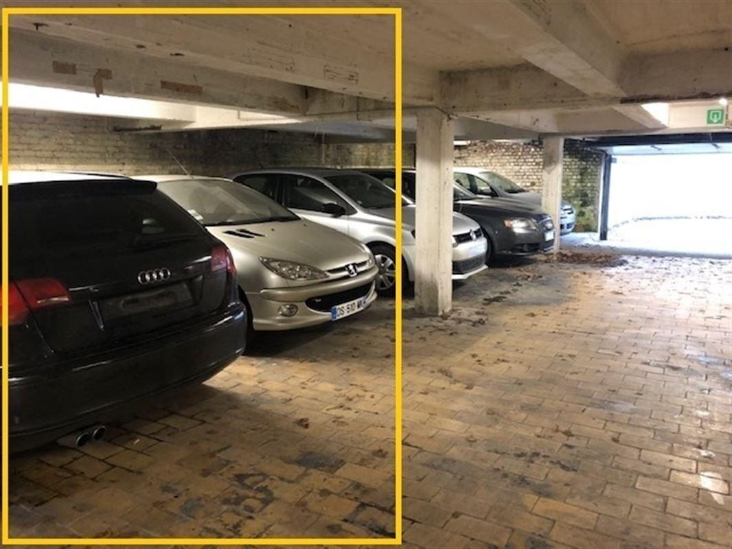 Emplacement de parking avec 1 cave situé en plein centre de Mouscron.(Parking sécurisé)-  Accès via porte sécurisée + Situé à la rue des Fabricants à Mouscron - Loyer de 45€/mois 056/556 000