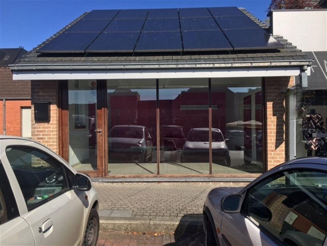 Surface commerciale très lumineuse, d'une superficie de 36 m² offrant belle vitrine et idéalement située dans un secteur très passant à Dottignies. Très bon état général, wc équipé d'un lave-mains, chauffage central au gaz, châssis bois équipés de double vitrage. Vaste parking public gratuit. Loyer : 695 €/mois + charges. 056/556.000