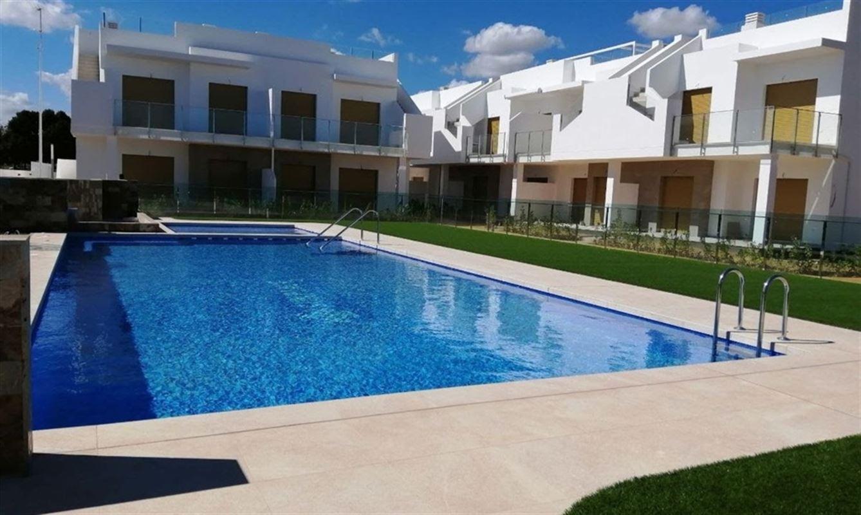 A Pilar de la Horadada, a seulement 3 km des plages, nouveau projet d'appartements réalisé par VistaBellaGolf :  Les appartements `SunPlace`..Ces appartements disposent de 2 ou 3 chambres, 2 salles de bain/douche, cuisine américaine, salon, salle à manger, dressing intégré, pré-installation alarme, piscine communautaire, et une cave de rangement. Prix à partir de 130.000 € (soumis au régime de la TVA). 056/554.000