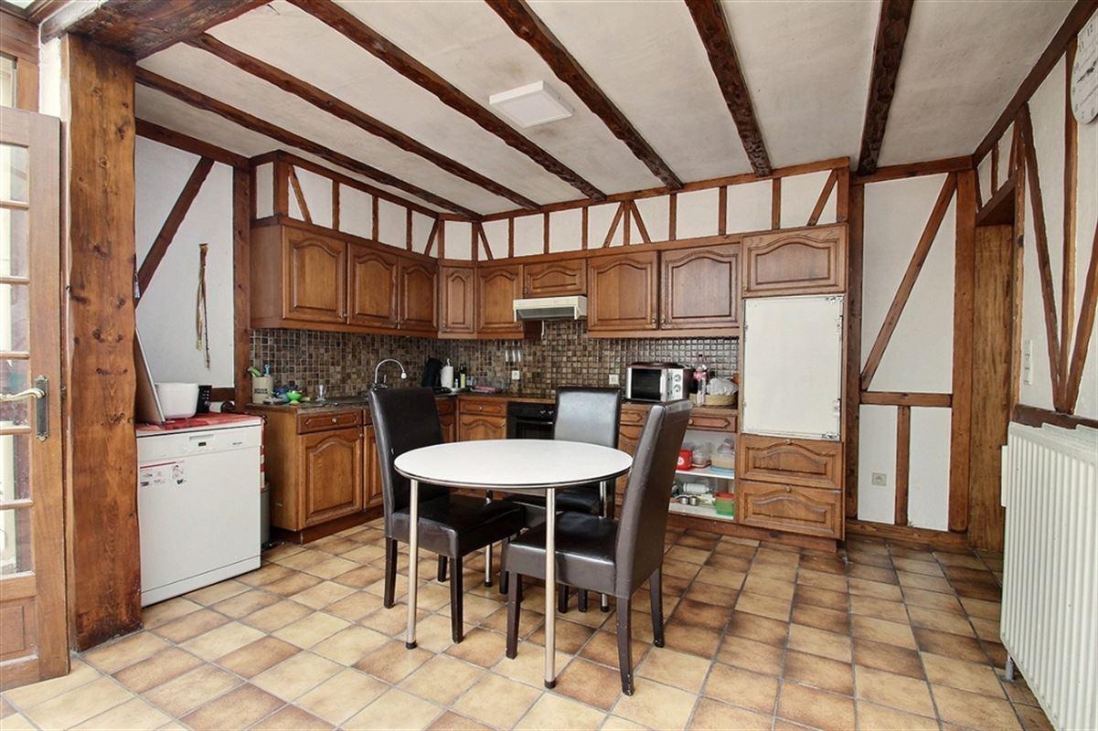 Maison 4 chambres ( avec possibilité de 2 chambres supplémentaires) avec un jardin située près de toutes les commodités, composée d'un hall d'entrée, pièce de vie lumineuse, grande cuisine avec coin repas , salle de bain, wc séparé, buanderie, une véranda et une cave. 056/554.000