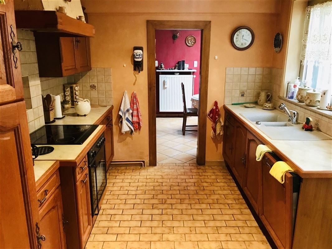 Belle maison 2 façades comprenant un hall d'entrée, living avec un insert bois et charbon, salle à manger, cuisine équipée (éviers, taques vitrocéramiques, four, hotte, meubles, frigo, congélateur), salle de bain (bain, meubles, wc, lavabo), véranda, cave. A l'étage un hall de nuit, 2 chambres dont 1 grande, grenier aménageable. Pour l'extérieur, petiteTerrasse carrelée avec dépendance. En bon état, châssis en alu double vitrage avec persiennes, chauffage central gaz, tout à l'égout, groupe hydrophore, compteur Simple Horaire. Idéalement situé proche centre-ville et proche des axes de communication et de toutes commodités. A Visiter !!!. Faire offre à partir de 150.000 €. 069/67.27.70