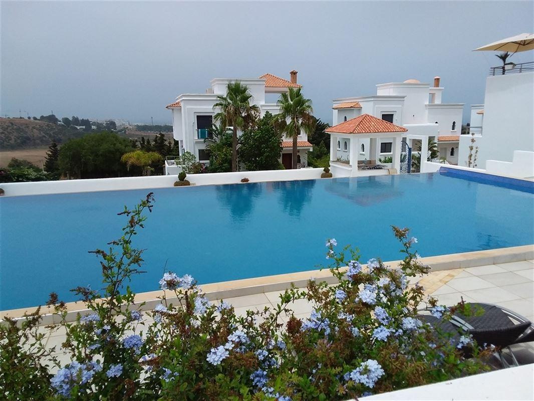 Appartement neuf meublé de 100 m² dans une résidence de haut standing au Maroc, composé d'une salle à manger, d'un séjour spacieux avec vue sur mer, d'une cuisine équipée, d'une terrasse couverte de 35 m² et un garage souterrain sous surveillance est à votre disposition. 056/554.000