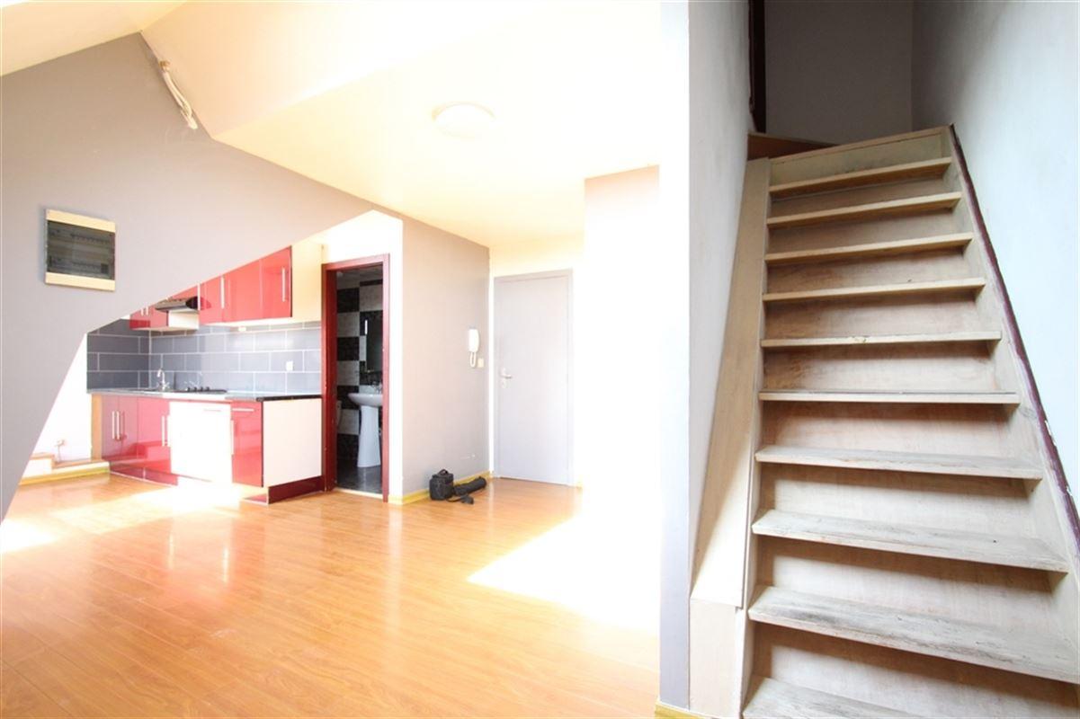 Appartement situé à la gare de Mouscron : comprenant une pièce de vie, cuisine ouverte, une salle de douche avec wc et une chambre.  Loyer 500€ sans charge.  056/554 000