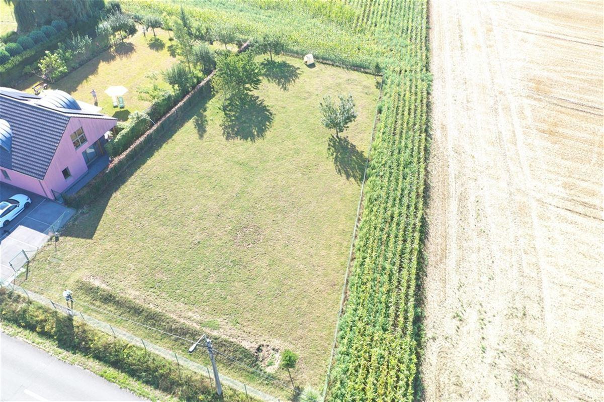 Superbe terrain à bâtir situé dans le village de Saint-Leger pour une superficie de 1288m². Front à rue de +/-30m et profondeur de +/- 50m. Faire offre à partir de 187.000€. 056/55.40.00