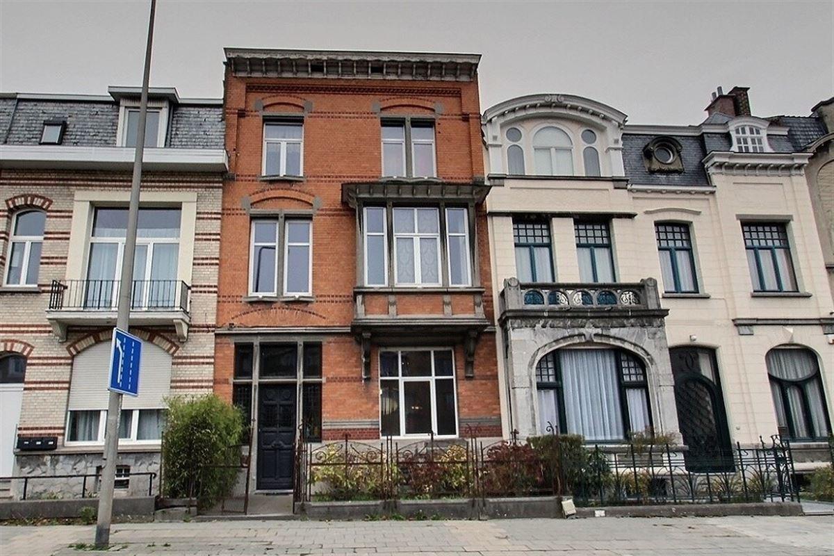 Spacieuse maison de maître avec 5 chambres en plein coeur de Tournai, composée d'un hall d'entrée avec escalier apparent, grand séjour contemporain et lumineux avec cheminée, cuisine équipée fonctionnelle avec coin déjeuner, un cellier, un wc séparé, une cave compartimentée et une cour extérieure. Au 1er étage : 2 belles chambres et une salle de bain moderne. Au 2éme étage : 3 chambres et une salle de douche. Et au 3éme étage : un grenier aménageable. Faire offre à partir de 390.000€. 056/554.000