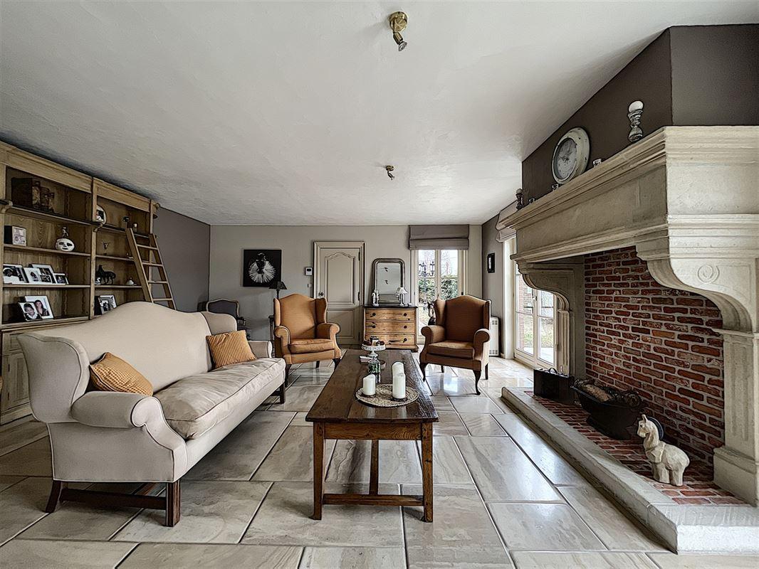 Magnifique villa (semi-plain pied) érigée sur un terrain de plus de 1.000 m² dans le quartier prisé du Bois Fichaux à Mouscron, composée au rdc : d'un hall d'entrée avec escalier apparent en chêne massif menant à une belle et lumineuse pièce à vivre avec cheminée en pierre de Bourgogne, cuisine hyper équipée moderne, 2 spacieuses chambres, une salle de bain, un bureau et un wc séparé . A l'étage : 2 grandes pièces mansardées avec parquet offrant de nombreuses possibilités d'aménagement. Et à l'extérieur : entrée avec portail électrique donnant sur une longue allée en pavés menant à la propriété, magnifique jardin clos en cours de rénovation, grande terrasse carrelée, garage pour 2 véhicules et un passage latéral. 056/554.000