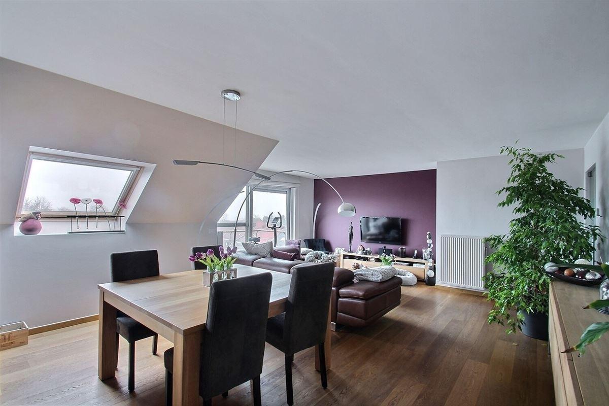 Superbe appartement moderne au 3éme étage avec ascenseur au centre ville de Mouscron, disposant d'un hall d'entrée avec vestiaire, wc séparé avec lave-mains, un spacieux living lumineux ouvert sur une cuisine équipée avec coin déjeuner, 3 chambres avec meubles, une salle de bain, une buanderie, une terrasse de +/- 4 m² sans vis à vis et un double garage. 056/554.000