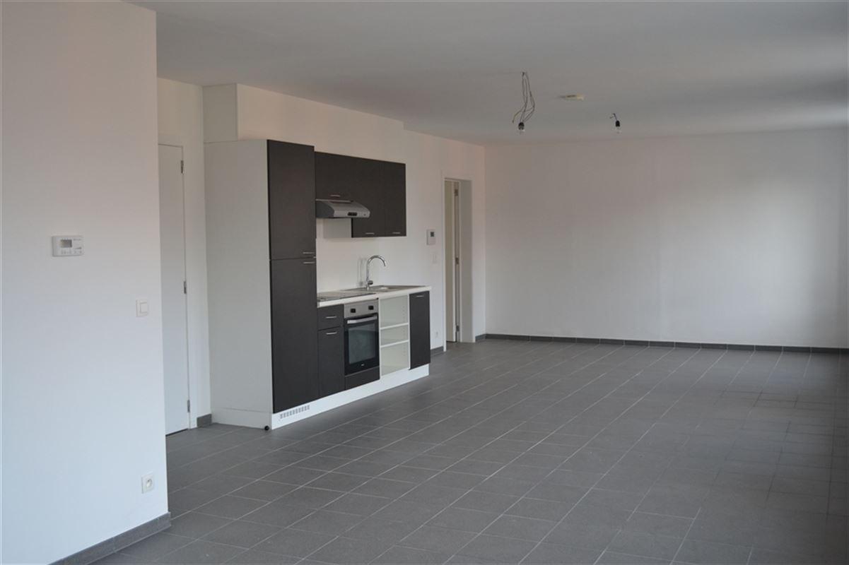 Appartement entièrement rénové, situé au 1er étage à droite, composé d'un hall d'entrée, un wc séparé et lave-mains, un living très lumineux en `L `avec cuisine ouverte et équipée, 3 chambres dont une avec salle de douche, une salle de bain équipée et une buanderie. Disponible à partir du 01/05/2021. Loyer 700 €/ mois. 056/554.000
