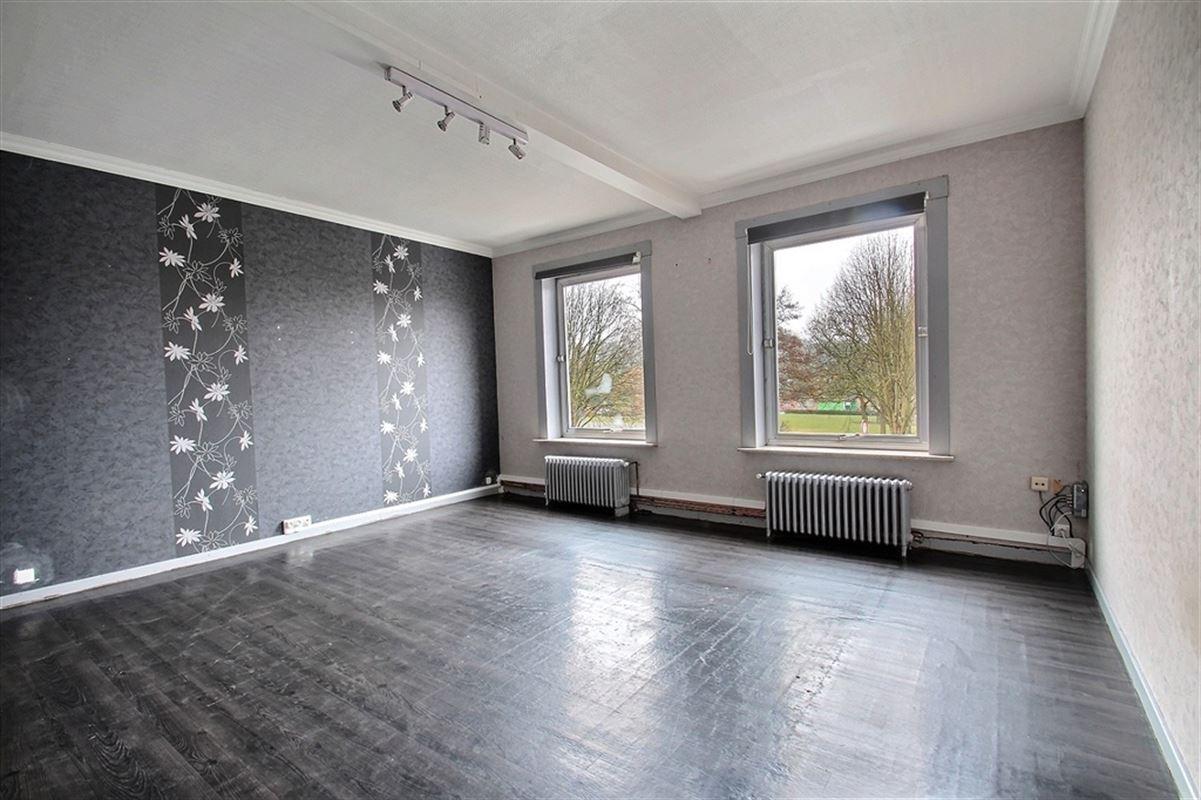 Appartement 2 chambres situé en face du parc de Mouscron avec terrasse. Disponible à partir du 28/02/2021. Loyer de 625€ et 25€ de charges pour l'eau. 056/554.000