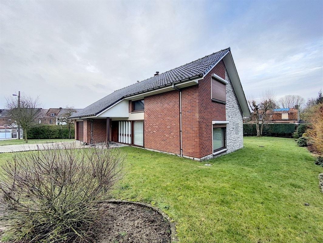 Villa semi plein pied sur Tournai, composée d'un hall d'entrée, d'un spacieux living avec cheminée ouverte, une cuisine équipée, 3 belles chambres (possibilité d'une 4éme chambre), un wc séparé, une salle de bain et un garage avec porte sectionnelle pour un véhicule.A l'extérieur, se trouve un jardin arboré avec une petite terrasse et un parking pour plusieurs véhicules. Faire offre à partir de 259 000€. 056/554.000