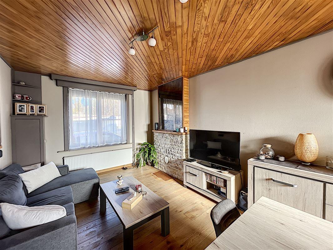 Charmante maison 3 façades avec jardin située à proximité du centre de Dottignies composée : d'un hall d'entrée, living spacieux et lumineux donnant sur une cuisine équipée, une salle de douche, 3 belles chambres (dont une mansardée), un jardinet clôturé avec une terrasse en bois, passage latéral et un chalet. Loyer de 680 €/mois. Disponible à partir du 01 mai 2021. 056/554.000