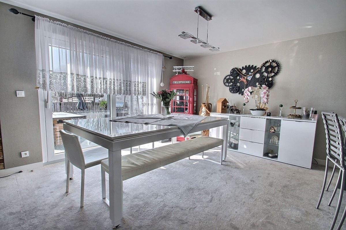 Magnifique villa de 2011 avec garage sur un terrain de plus de 1.400 m², composée au rdc : d'un hall d'entrée, séjour lumineux ouvert sur une cuisine équipée moderne, une chambre, une pièce de rangement et un wc séparé (tout est prévu pour que l'actuelle chambre et pièce de rangement puissent être aménagées en suite parentale). A l'étage : 3 belles chambres mansardées, une salle de bain et un bureau. Et à l'extérieur : un spacieux jardin entièrement clôturé avec terrasse en bois, grand chalet de jardin, un abri au fond du terrain, passage latéral et 4 places de parking en façade.056/554.000