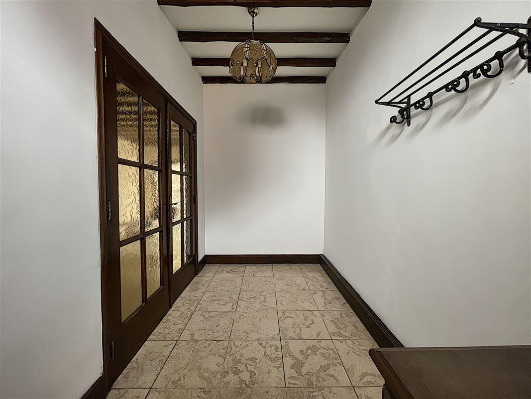Belle maison mitoyenne au calme composée :d'un hall d'entrée, living, cuisine équipée avec coin déjeuner, salle de bain, véranda, 3 chambres, jardin et terrasse. Disponible à partir du 01/04/2021. Loyer de 720/mois.  056/554.000