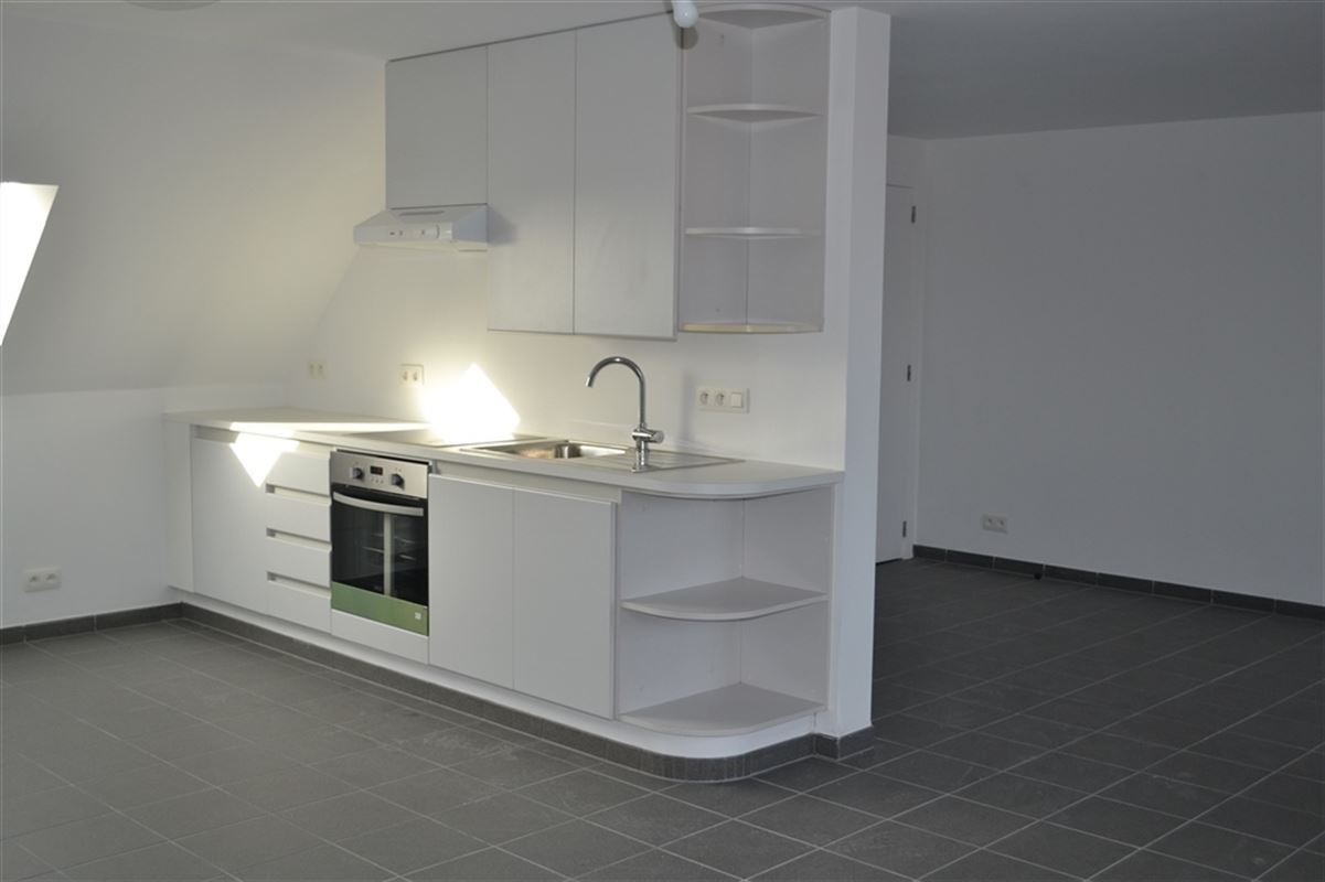 Appartement entièrement rénové, composé d'un hall d'entrée, un wc séparé et lave-mains, un living très lumineux en `L `avec cuisine ouverte et équipée, 2 chambres, une salle de douche équipée et une buanderie. Loyer 680 €/mois + 80€ de charges. 056/554.000