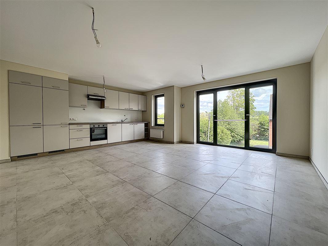 Bel appartement neuf au 2éme étage avec ascenseur proche du centre de Pecq, composé : d'un hall d'entrée, d'un living spacieux et lumineux ouvert sur une cuisine équipée, 2 belles chambres, une salle de douche, un wc séparé avec lave-mains, une grande cave et un garage avec porte motorisée. Disponible de suite. Loyer de 790€/mois. 056/554.000