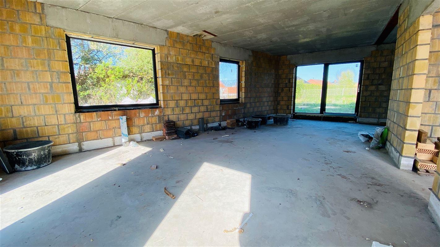 <br />Vaste maison 3 façades en gros oeuvre fermé couvert (murs, châssis, [..]