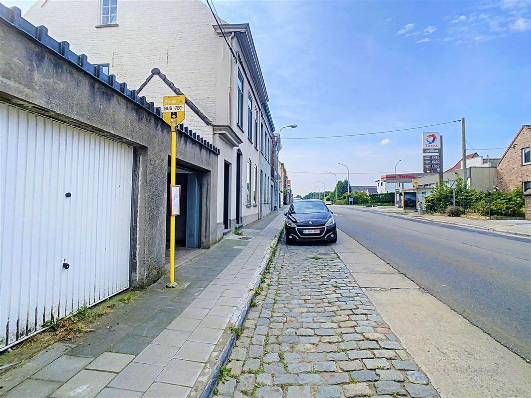 Terrain à bâtir de 570m² avec garages situé sur la rue principale de [..]