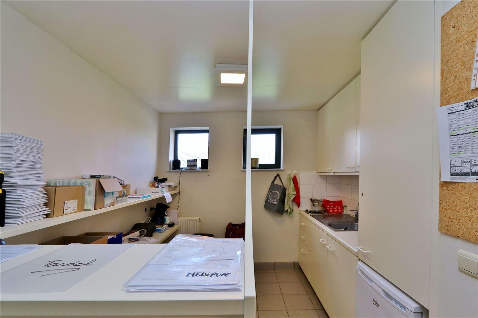 FOTO'S 9 : Bedrijfsgebouw te 1500 HALLE (België) - Prijs € 1.550