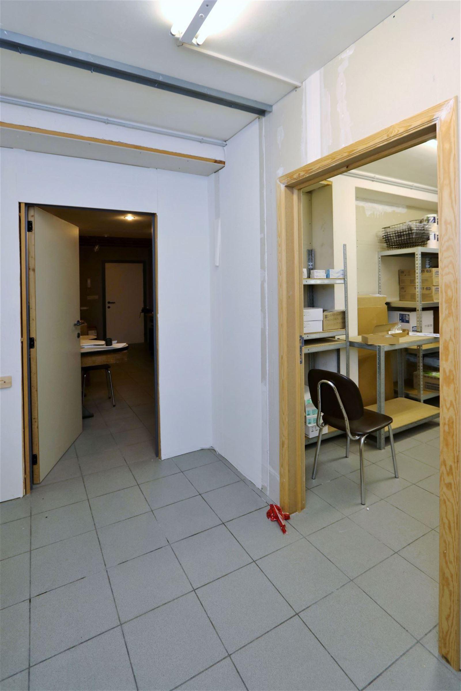 FOTO'S 12 : Bedrijfsgebouw te 1500 HALLE (België) - Prijs € 1.550