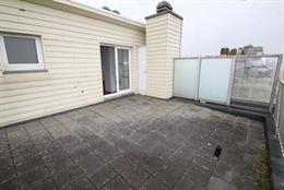 TE HUUR OP JAARBASIS - dakappartement op de zeedijk - groot dakterras met zeezicht - living met opklapbed 1x2 -  ingerichte open keuken met frigo, ele...