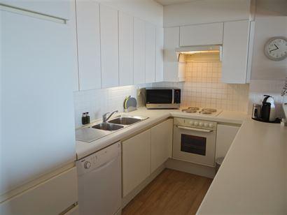A LOUER A L'ANNEE - très bel et moderne appartement au 6eme étage avec vue mer frontale - cuisine équipée d'une cuisinière électrique, frigo, fo...