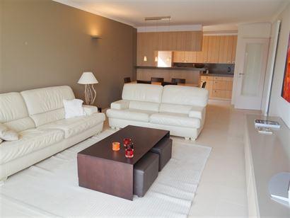 A LOUER A L'ANNEE - Appartement spacieux avec vue sur mer latérale - cuisine équipée en pierre naturelle d'un frigo, lave-vaisselle, four et cuisin...