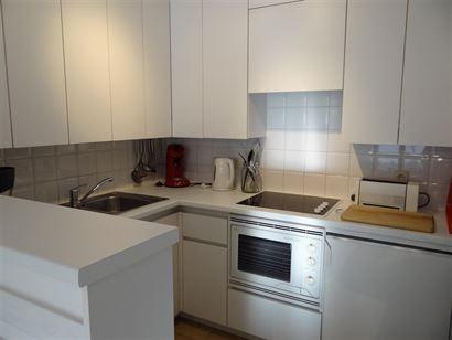 A LOUER A L'ANNEE - appartement ensoleillé avec vue sur mer latérale - cuisine ouverte équipée d'un frigo, lave-vaisselle, combinaison four-micro ...