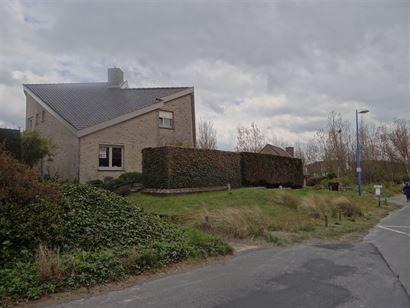 A LOUER A L'ANNEE - villa non-meublé avec au rez-de-chaussée: hall d'entrée, living, cuisine équipée séparée, 1 chambre avec douche, toilettes ...