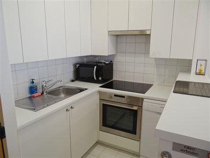 TE HUUR OP JAARBASIS - gezellig appartement in het centrum van Nieuwpoort-Bad - living met zonneterras - ingerichte open keuken met frigo, vaatwas, ov...
