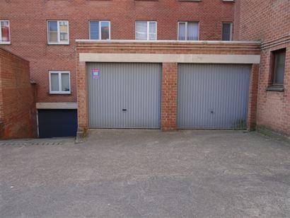 Res. Cape Coral - garage 6 - Afgesloten garage gelegen op het gelijkvloers in de IJzerstraat te Nieuwpoort-Bad - Afmetingen: 2,70m x 5m - VOLLE EIGEND...