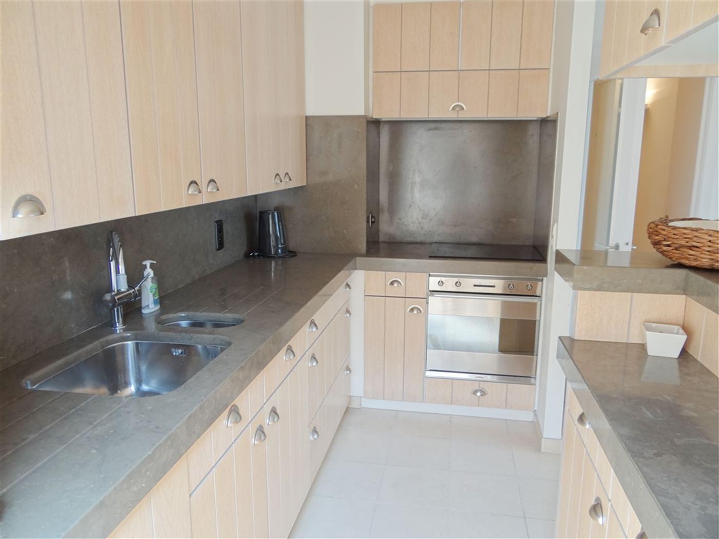 TE HUUR OP JAARBASIS - Ruim appartement met zijdelings zeezicht - ingerichte keuken in natuursteen met frigo, vaatwas, oven en elektrisch fornuis - in...