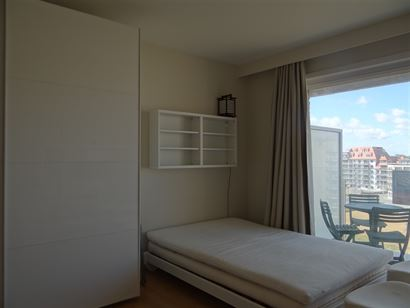 Res. Den Oever VI 0604 - Ruime instapklare studio met slaaphoek - Inkom met slaaphoek - Douchekamer met lavabo en toilet - Leefruimte met open geïnst...