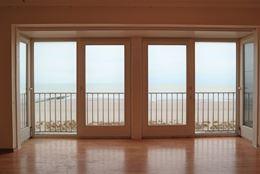 Res. De Kwinte 0501 - Grote op te frissen studio met slaaphoek - Zeezicht van op de vijfde verdieping - Inkom - Afgesloten slaaphoek met plaats voor d...