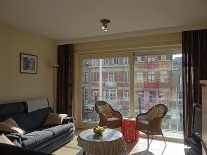 Res. Casino D2 0201 - Zonnig appartement met 2 slaapkamers - Centraal gelegen in de winkelstraat, op de 2de verdieping - Inkomhal met vestiaire - Livi...