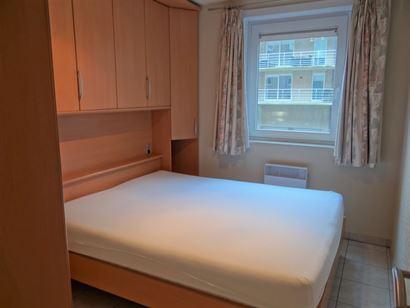 TE HUUR OP JAARBASIS - zongericht appartement - ingerichte open keuken met frigo,  microgolfoven en elektrisch fornuis - ingerichte badkamer met combi...