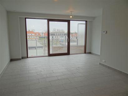 TE HUUR OP JAARBASIS - nieuw ongemeubeld woonappartement - centrale ligging - zonnekant - living met open keuken - 2 slaapkamers - badkamer met inloop...