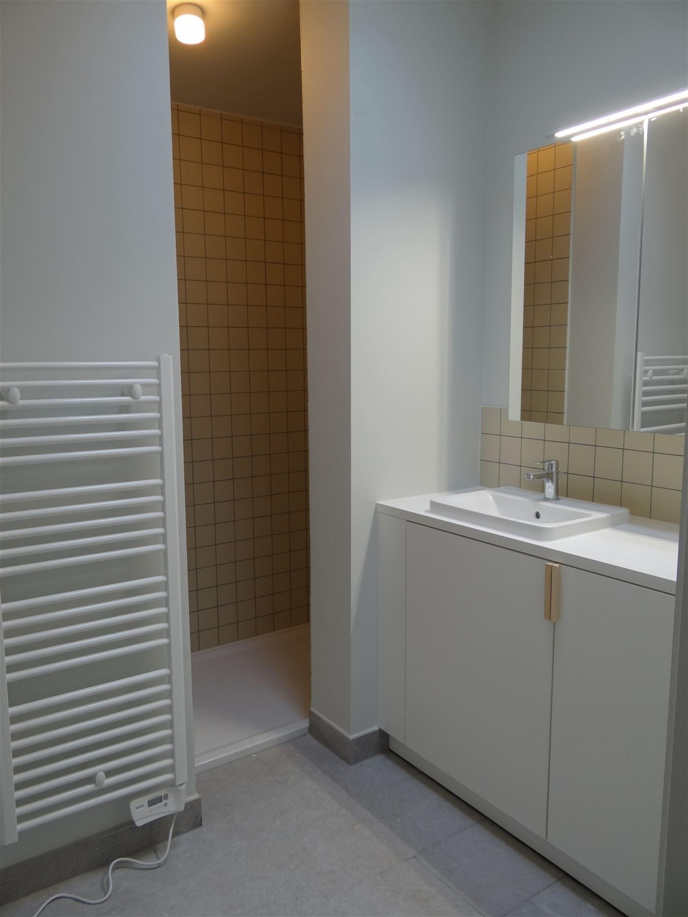 TE HUUR OP JAARBASIS - héél ruim ongemeubeld nieuwbouw dakappartement - enige bewoner op dit verdiep - zonnekant - living doorlopend vooraan - achte...