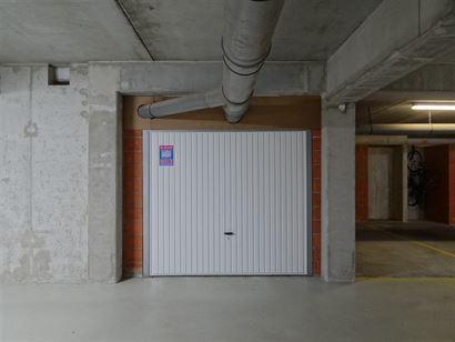 Res. Elisa G -1/1 - Ruime garagebox gelegen op niveau -1 in de Franslaan - Afmetingen: 3,30 x 7 m - Toegang met autolift ...