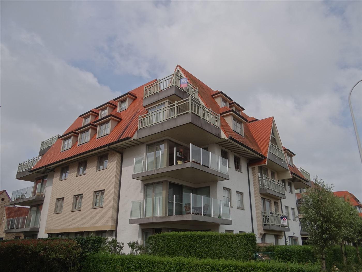 Res. Villa Renoir 0403 - Instapklaar dakappartement met twee slaapkamers - Mooi open zicht van op het hoekterras - Ruime inkom - Gastentoilet - Badkam...