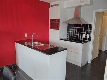 A LOUER A L'ANNEE - appartement en coin meublé avec 2 chambres et lieu de récréation - salon avec terrasse ensoleillée - cuisine équipée avec cu...