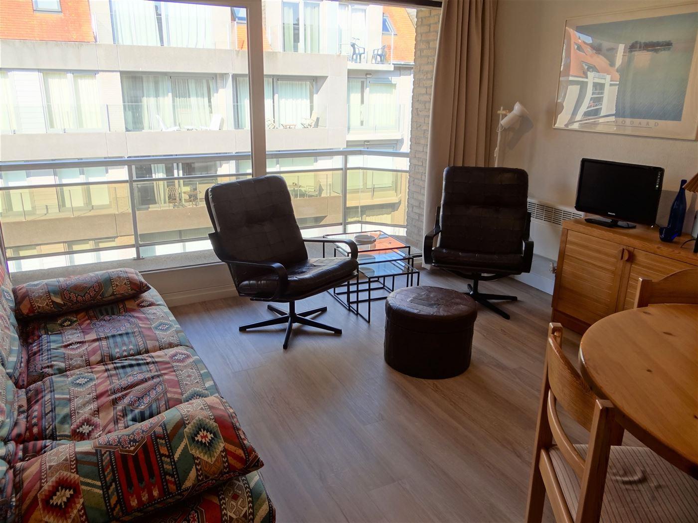 TE HUUR OP JAARBASIS - ruime studio met zonneterras - centraal gelegen dicht bij de winkels -  slaaphoek met stapelbed - living met divanbed 1x2 - ing...