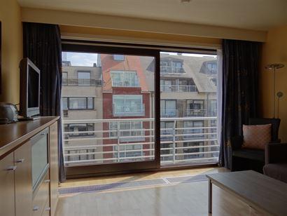 Res. De Drie Zeesteden 0401 - Studio ensoleillé avec coin à dormir - Situé au quatrième étage, au centre de la rue commerciale - Hall d'entrée a...