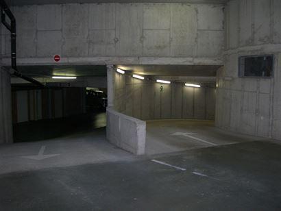 Apollo X G10.05.02 - Garage fermé au niveau -1 dans le complex Apollo - Accès par la Franslaan, derrière l'église - Dimensions: 3m x 5,48m (largeu...