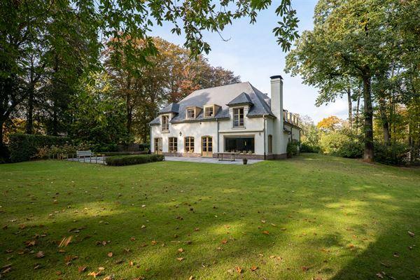 In de mooie Rode Beukendreef te Deurle vindt u deze franse villa gelegen op een terrein van 4640m². Deze ruime villa heeft een bewoonbaar oppervlakt...