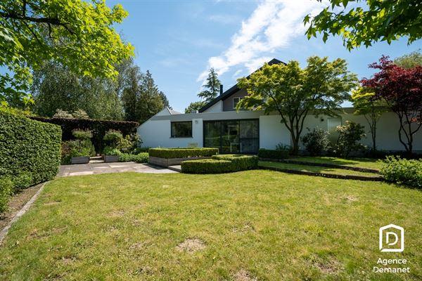 Villa met een prachtig zicht op 2213m².  Deze villa is gelegen op een zeer rustige locatie met zicht op de Latemse Meersen en de Leie en beschikt o...