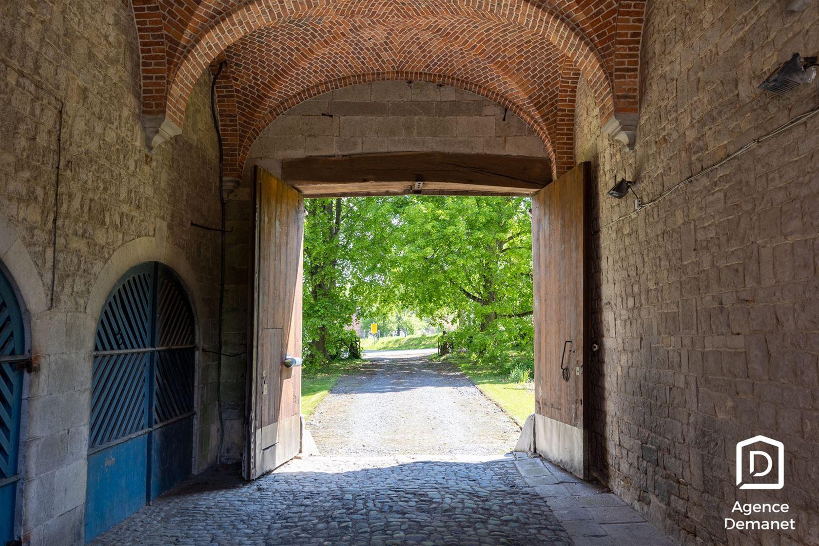 Chateau de Béemont   Dit kasteel is gebouwd in de 18de eeuw en opgetrokken in renaissance stijl. Gelegen in het prinsbisdom Luik en nabij Durbuy is...
