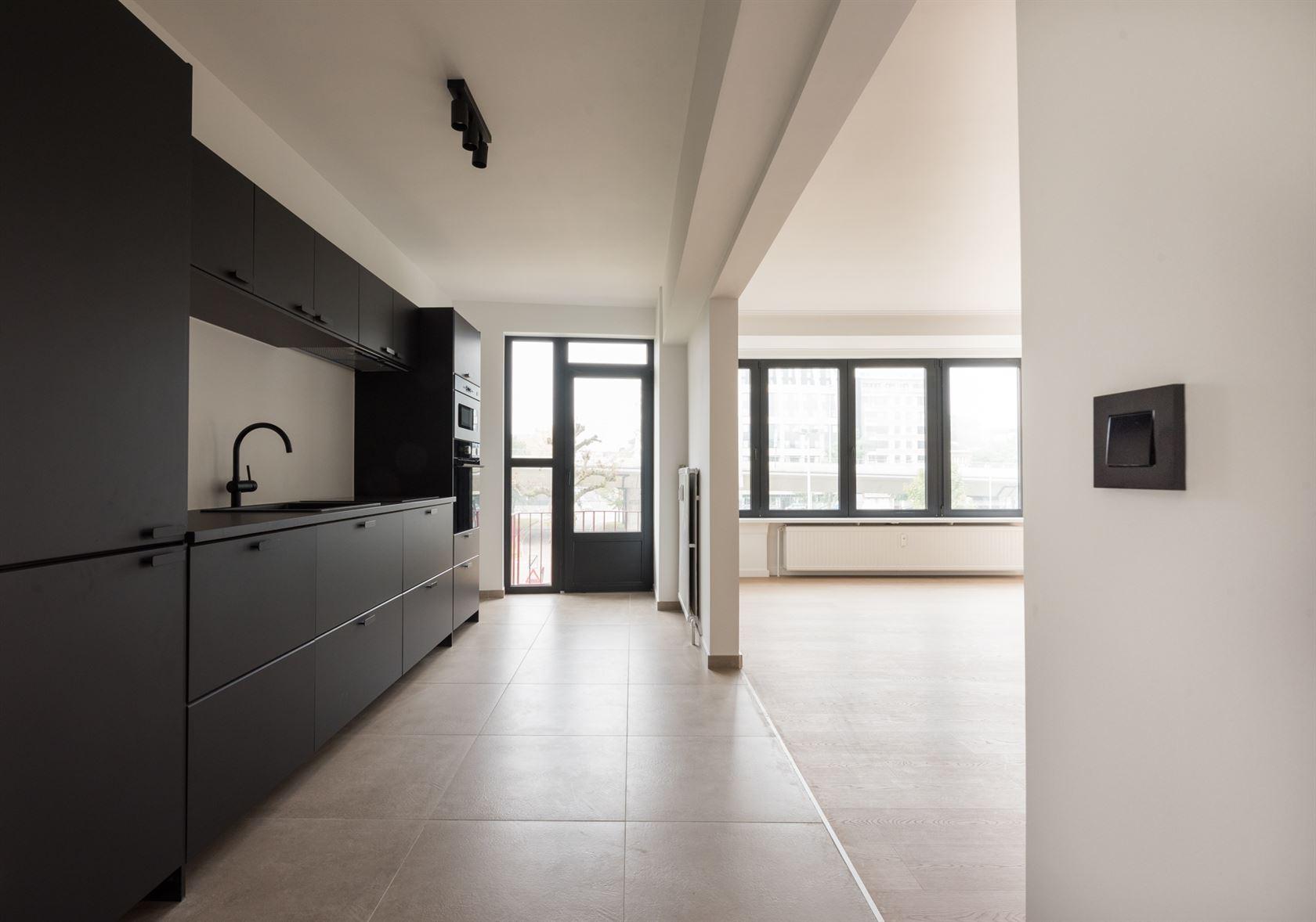 Gerenoveerd lichtrijk 3 slaapkamer appartement op de tweede verdieping van de residentie Montespan en met garage te centrum Gent.   Het appartement ...