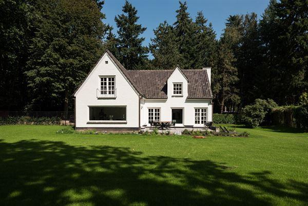 In de mooie Kapitteldreef te Deurle vindt u deze landelijke villa gelegen op een terrein van 1440,25m². Deze villa heeft een bewoonbaar oppervlakte ...